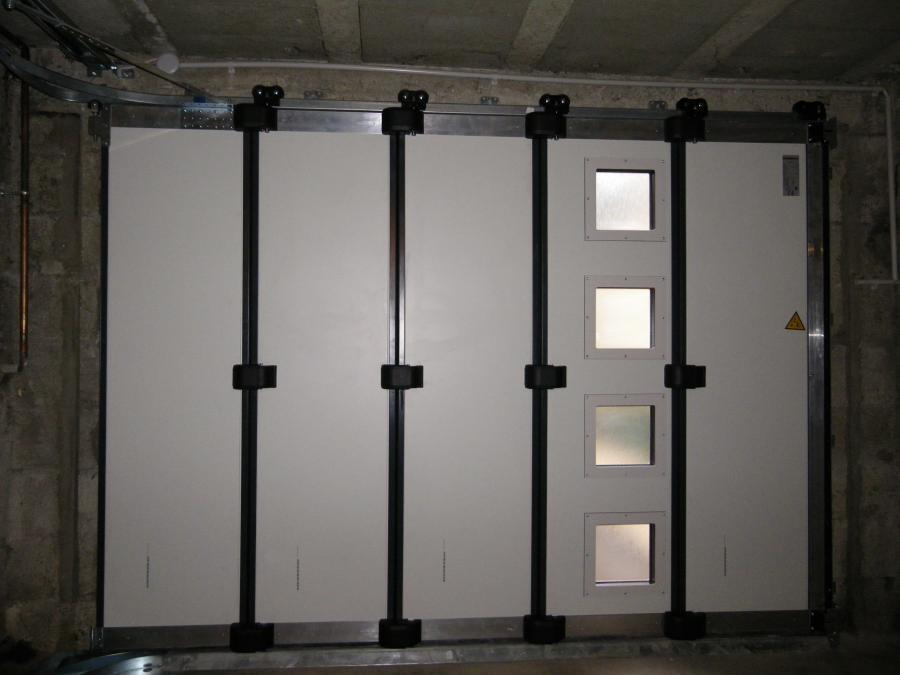 Porte de garage enroulable isolée et motorisée
