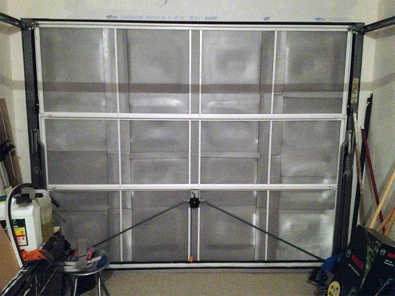 comment isoler une porte de garage pas cher voiture moto. Black Bedroom Furniture Sets. Home Design Ideas