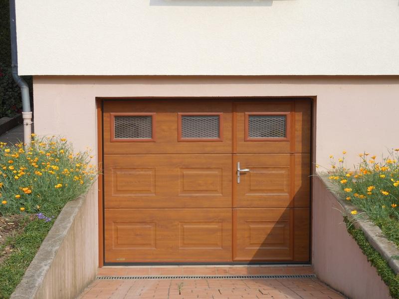 Porte de garage basculante avec portillon en bois